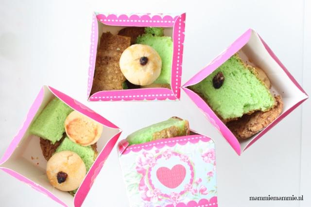 Eid koekjes uitdelen